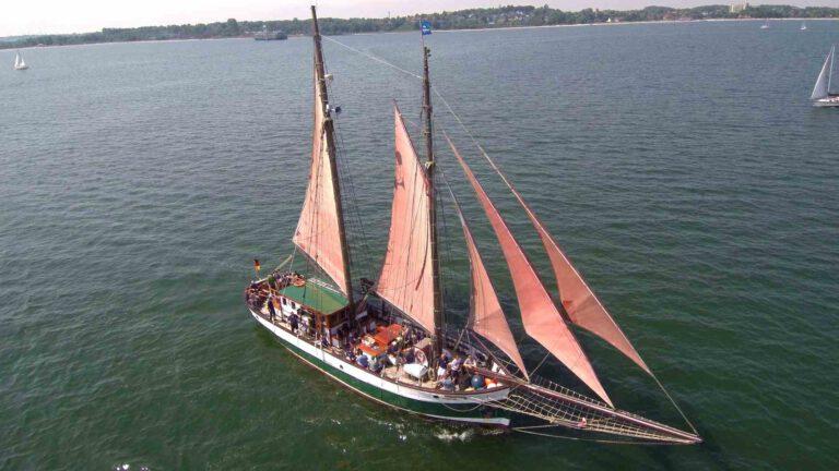 Der Segelschoner Jachara auf der Ostsee